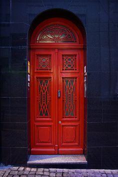 czerwone drzwi | Porto, Portugal | Sebastian Brzeziński | Flickr