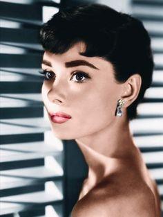 Audrey Hepburn& timeless beauty tips. Audrey Hepburn Mode, Audrey Hepburn Makeup, Aubrey Hepburn, Audrey Hepburn Photos, Audrey Hepburn Wallpaper, Brigitte Bardot, Maquillaje Audrey Hepburn, Hollywood Glamour, Old Hollywood