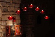 Ognie Ducha. Lampki nad ołtarzem w kaplicy. Zesłanie Ducha Świętego u dominikanów w Łodzi, fot. Paweł Fiedorowicz #dominikanie #konkurs #4poryroku