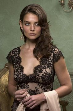 Katie Holmes is gorgeous with a deconstructed Veronica Lake 'do #KatieHolmes #hair