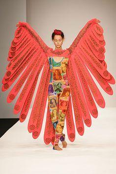Tropical version of a pick-a-prize Waldorf pocket cape Weird Fashion, Fashion Art, Runway Fashion, Fashion Show, Fashion Design, Fancy Dress, Dress Up, Bird Costume, Manish Arora