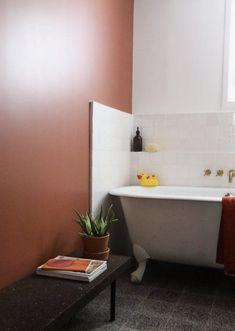 Comment utiliser le terracotta dans votre salle bains ? Hydropolis vous conseille.  Que vous choisissiez de peindre un pan de mur, d'ajouter un sol coloré ou seulement quelques carreaux de ciment, il est très facile de rénover cette pièce et de la colorer. Cette couleur chaude qui évoque la terre et le soleil apportera un vent de fraîcheur et de nouveauté à cet espace qu'on fréquente quotidiennement. #salledebains #bains #déco #terracotta #couleur #couleur2020 #salledebain #amenagement Photo : t Cheap Rustic Decor, Cheap Home Decor, Bad Inspiration, Bathroom Inspiration, Small Bathroom Colors, Art Deco, Sweet Home, Diy Bathroom Decor, Bathroom Interior