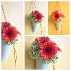 un encantador detalle para decorar la ceremonia. estos colgantes de flores añaden un toque primaveral a la iglesia