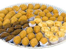 Como-calcular-quantidade-de-doces-bolo-salgados-e-refrigerante Brazillian Food, Lane Cake, Catering, Good Food, Yummy Food, Celebrate Good Times, Food Platters, Snacks Für Party, Dessert Table