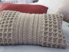 Joli mélange de points fantaisie structuré et gaufré, c'est version moderne d'un coussin au crochet réalisé avec un fil couleur de lin.