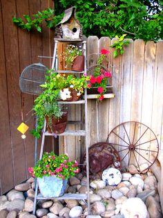 old ladder - Garden Ladder, Corner Garden, Garden Junk, Garden Yard Ideas, Garden Crafts, Garden Projects, Garden Boxes, Rustic Garden Decor, Vintage Garden Decor