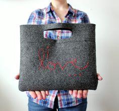 """Cómo hacer paso a paso un bolso de fieltro como el de la foto >> LOVE TO GO: DIY: Felt Clutch """"I love..."""""""
