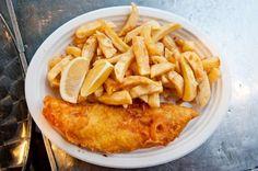 Il fish and chips è un tipico secondo piatto britannico costituito da filetto di pesce, in genere merluzzo o eglefino, che viene fritto in una pastella. Il tutto viene poi contornato da tante patatine. Questo secondo piatto è variabile non sono per il tipo di pesce e il suo spessore ma anche per la qualità delle patate e il modo in cui vengono fritte. Particolare è anche la pastella perché può essere aromatizzata conferendo carattere e sapore al piatto. Ci sono tanti modi di servire questo…