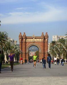 Cada cual merece escribir su historia en Barcelona. Y todas van a estar bien. Gaudi, Barcelona, Louvre, Building, Travel, Cities, Historia, Viajes, Buildings