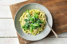 Spaghetti mit supercremigem Avocado-Pinienkern-Pesto Rezept | HelloFresh