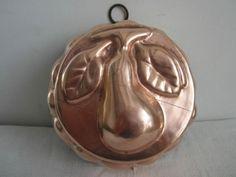 Moule en cuivre décor de poire.