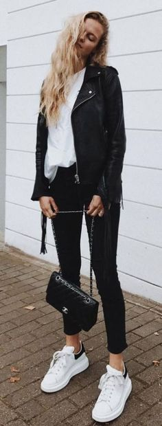 30 Trendy & Perfectly Fall Outfits To Copy Now Street Style Obsession Biker Jacket Plus White Top Plus Bag Plus Skinny Jeans Plus Sneakers Casual Chic Outfits, Cute Winter Outfits, Fall Outfits, Outfit Winter, Black Jeans Outfit Fall, Black Jacket Outfit, Black Sneakers Outfit, Black Biker Jacket, Outfit Jeans