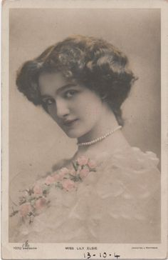 "rosellinapiano.it Postcard Actresses Lily Elsie | eBay Bella e  timida Elsie  fu una   autentica  celebrità.Prima interprete inglese nel 1907 dell'operetta  di Lehar ""La  vedova  allegra"" Victorian Photos, Victorian Women, Victorian Era, Photography Women, Vintage Photography, Lily Elsie, Margaret Bourke White, Most Beautiful Images, Vintage Beauty"