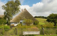 Groß Zicker - das Pfarrwitwenhaus Thatched Roof, Places Ive Been, Germany, House Styles, Building, Travel, Pictures, Vacation Places, Viajes