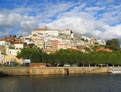 Coimbra, accrochée à une colline surplombant le rio Mondego, est une ville située au centre du Portugal. Moins connue que Lisbonne ou Porto, cette ville au riche passé universitaire vaut pourtant le détour pour ses nombreux monuments. Vous pourrez non seulement y visiter l'une des plus vieilles universités du monde mais aussi de belles églises et un superbe monastère. par Audrey