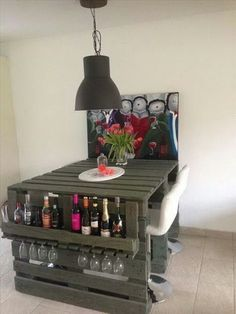 How to make a DIY Pallet Bar? - Is it your friend's birthday or some big event coming up in few days? If yes and you wanted to surprise him then making a DIY pallet bar is a great . Table Palette, Palette Furniture, Palette Diy, Old Pallets, Recycled Pallets, Wooden Pallets, Bar Dining Table, Wood Table, Fire Pit Furniture