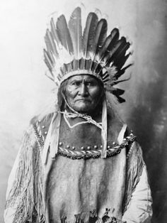 Apache Indian clothing was made from buffalo hides and decorated with beautiful beaded designs. They decorated dresses for women, and war headdresses and shirts for Apache men. Native American Warrior, Native American Images, Native American Artwork, Native American Tribes, Native American History, American Indians, Native Americans, Apache Indian, Native Indian
