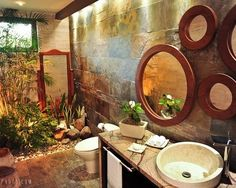 **1**Unexpected detail: mirror within the plants 20 Incredibly inspiring tropical bathroom ideas