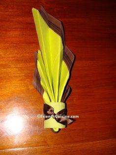 Pliage de serviette en papier bicolore (chocolat, vert anis) no 1, Flamme et porte serviette assorti