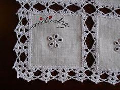 Pormenor de um quadrado com bordado e picô de crochet
