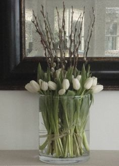 tulipaner - white tulips and pussy willow branches Arte Floral, Deco Floral, Ikebana, White Tulips, White Flowers, Beautiful Flowers, Willow Branches, Spring Flowers, Flower Decorations