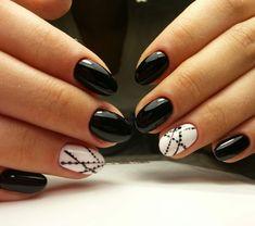 Unghie a mandorla di colore nero lucido, accent nail sul dito anulare con  smalto bianco e puntini