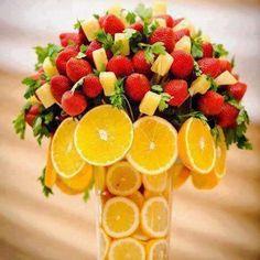 vaso centrotavola spiedini di frutta e limoni