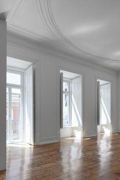 Fenêtres vertigineuses, volets de bois intérieurs et parquet ciré