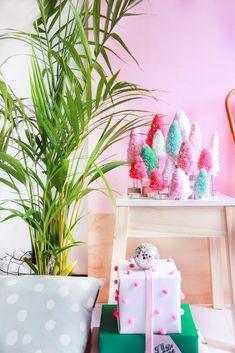 mini pinheiros coloridos de lã DIY Decoração de natal tropical colorida barata para lugares pequenos  Christmas pink mint tropical decor - bottle brush tree DIY  www.blogdomath.com.br  insta @blogdomath