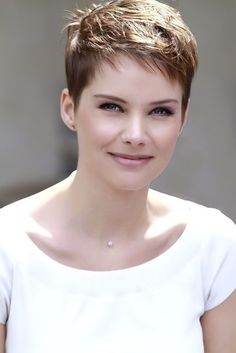 Pixie Haircut Styles - Short Pixie Haircuts - Hottest Pixie Cuts - Pixie hairstyles - pixie haircut for round face - how to style a pixie haircut? Fine Hair Pixie Cut, Messy Pixie Cuts, Pixie Bangs, Choppy Hair, Short Bangs, Undercut Pixie, Short Hairstyles For Thick Hair, Short Layered Haircuts, Everyday Hairstyles