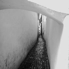 Rope Street #brasov #romania #narrowstreet #travelphotography #monochrome @denisecrisu