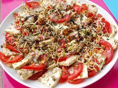 So wird man doch gerne bekocht! Frau Jupiter erwartete nach der Arbeit dieser leckereTomatensalat mit Oliventofu und selbstgezogenen Sprossen. http://fraujupiter.blogspot.de/2013/07/vegan-wednesday-49-fraujupiters-2.html