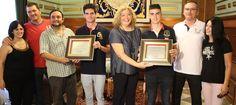 MOTRIL. La alcaldesa, Flor Almón, y el concejal de Deportes, Miguel Ángel Muñoz, entregan sendas placas por sus numerosos logros en campeonatos de Andalucía,