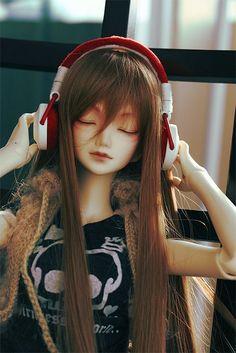 Headphones, brown, long hair doll | heavenlyresin.tumblr.com