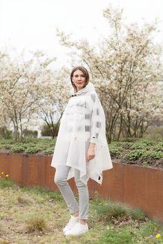 Outfit: The Hunter Rain Cape | Mood For Style - Fashion, Food, Beauty & Lifestyleblog | Outfitpost mit einem Regen-Poncho von Hunter, einem Strickpullover von Mrs & Hugs, einer Skinny Jeans von Zara und weißen Sneakers von Hugo Boss.