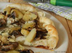 La torta salata con funghi, patate e gorgonzola è una ricetta facile e veloce, da servire come antipasto, secondo piatto o in un buffet salato.