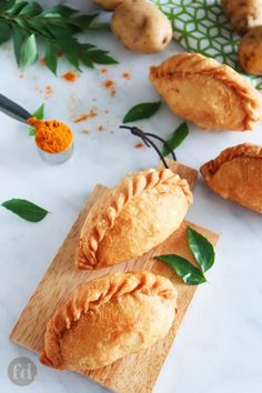 Make these delicious deep-fried chicken curry puffs with crispy, flaky pastry stuffed with curried chicken chunks, potatoes and egg. Easy Chinese Recipes, Indian Food Recipes, Empanadas, Hummingbird Bread Recipe, Curry Puff Recipe, Puff Pastry Recipes Savory, Chicken Chunks, Food Photography Tips, Island Food