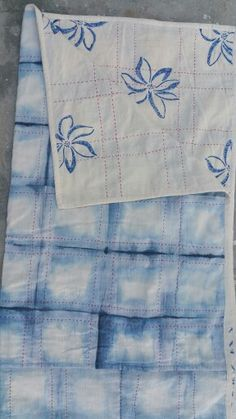 Fold and paint khadi quilt. The Stitching Project Local Women, Hand Spinning, Hand Stitching, Hand Weaving, Textiles, Quilts, Projects, Log Projects, Spinning