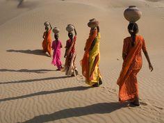 Mujeres cruando el desierto de Rajasthan, foto de Shivji Joshi    Ver mas fotos de national geographic en fotosmundo.net