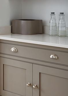 Painting kitchen cabinets: a master electrician delivers techniques to coloring kitchen cabinets. Helpful tips pertaining to remodelers seeking to adeptly paint kitchen cupboards. White Shaker Kitchen, Gray And White Kitchen, Shaker Style Kitchens, White Kitchen Island, Update Kitchen Cabinets, Painting Kitchen Cabinets, Kitchen Paint, Kitchen Cupboards, Kitchen Cupboard Handles