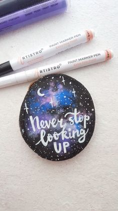 Never stop looking up wood slice pine slice motivation quote with acrylic paint pens. Video tutorial on wood slices, acrylic markers, night sky wood slice painting Crafts Motivation quote wood slice painted with acrylic markers Rock Painting Ideas Easy, Rock Painting Designs, Paint Designs, Creative Painting Ideas, Rock Painting Patterns, Paint Marker Pen, Acrylic Paint Pens, Stone Painting, Painting On Wood