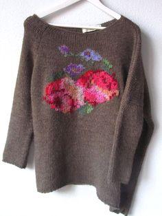 Con este tiempo invernal, apetece tener entre manos lanas y texturas calentitas. No me pude resistir a bordar flores en un jersey ...