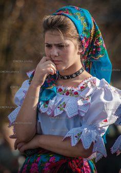 Folk Costumes of Maramures. Folk Fashion, Ethnic Fashion, Womens Fashion, Romanian Women, Costumes Around The World, Folk Clothing, Folk Costume, Head Wraps, Traditional Outfits