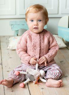 Strik en fin babytrøje i omvendt glat - se opskriften her - ALT. Panduro Hobby, Baby Barn, Shrug Cardigan, Designer Baby, Sewing Basics, Basic Sewing, Baby Knitting Patterns, Kids Fashion, Flower Girl Dresses