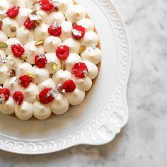 La crostata è uno dei dolci che preferisco (se date uno sguardo al mio canale Instagram ne troverete tantissime) per la sua estrema versatilità, in particolare nella declinazione moderna. Tre...