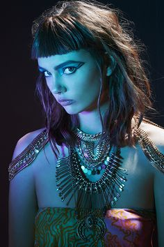 Get all Niled up in body chains, gold pendants & a sly cat eye #halloweird #hallowen