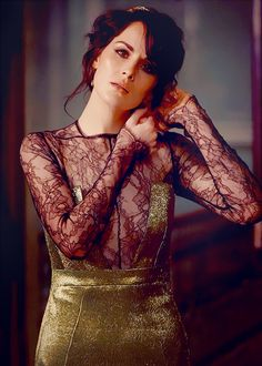 Downton's Michelle Dockery in a glorious black and lace and gold metallic outfit!