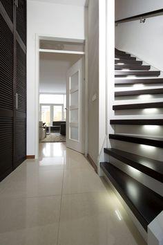 Een moderne trap op maat van jouw interieurstijl? Wij renoveren alle soorten moderne trappen: open, gesloten, houten, betonnen of natuurstenen trappen.