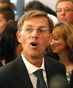 Miro Cerar: In sechs Wochen zum Wahlsieger - Der bescheidene Rechtsprofessor Miro Cerar ist der politische Senkrechtstarter Sloweniens. Mehr zur Person: http://www.nachrichten.at/nachrichten/meinung/menschen/Miro-Cerar-In-sechs-Wochen-zum-Wahlsieger;art111731,1442934 (Bild: epa)