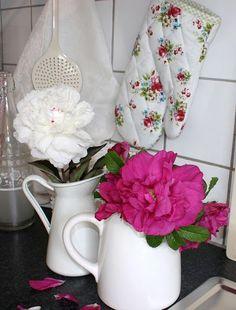 Fresh flowers in white pitchers  (from Lisbeth sin lille verden)
